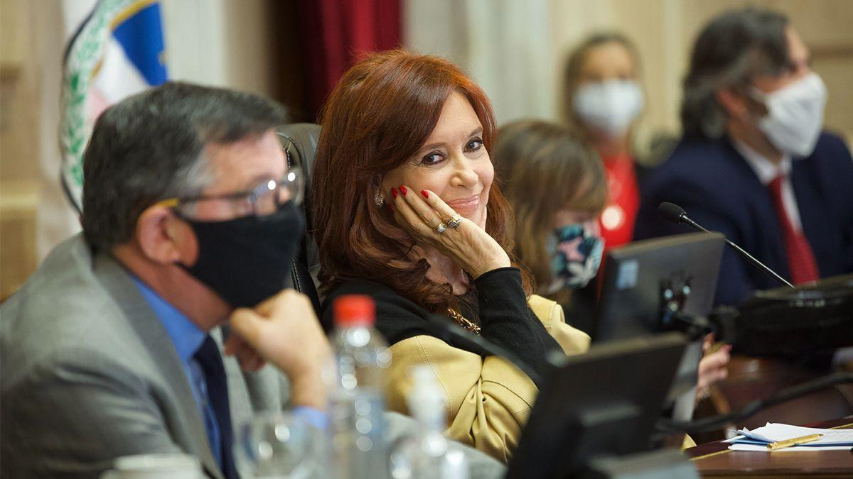 La vicepresidenta Cristina Fernández de Kirchner fue sobreseída este martes junto a más de 200 exfuncionarios y empresarios en el marco de una causa vinculada al caso de los cuadernos en la que se investiga el supuesto pago de sobornos por parte de empresas de transporte beneficiadas con subsidios al gasoil
