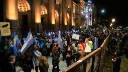 La concentración comenzó pasadas las 19:00 frente a la sede judicial ubicada en Talcahuano al 500, en el centro porteño, con la consigna Una luz por la República.