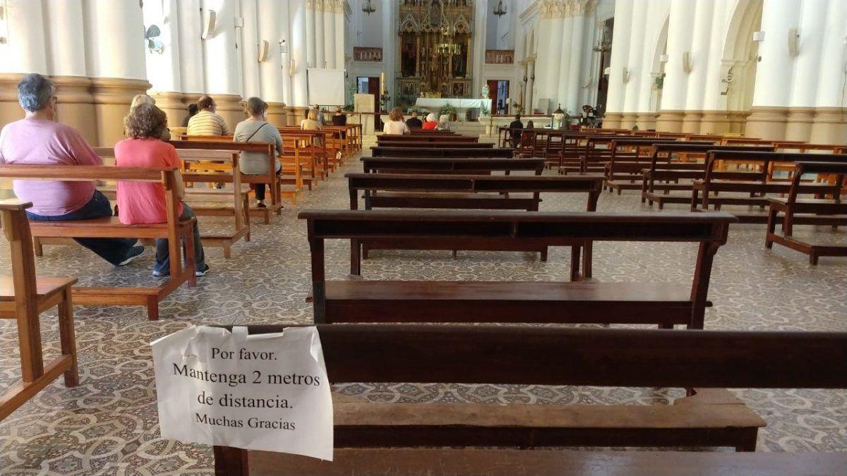 En el interior de la Basílica, hay carteles que recuerdan la necesidad de mantener al menos dos metros de distancia.