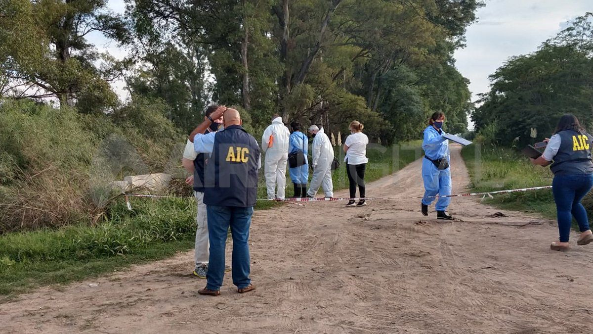 Peritos de la AIC llevaron a cabo una serie de peritajes en la zona del hallazgo.