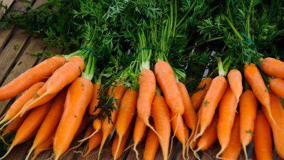 8 Ideas Para Usar Las Hojas De Zanahoria En Vez De Desecharlas La zanahoria es la hortaliza perteneciente a la familia de las apiáceas de mayor consumo por sus numerosas propiedades y beneficios, así como por todos los nutrientes y vitaminas que contienen las. ideas para usar las hojas de zanahoria