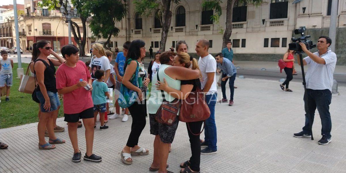 Familiares y allegados acompañaron a los padres de Fran Sueldo afuera de tribunales mientras Lascurain era sobreseído