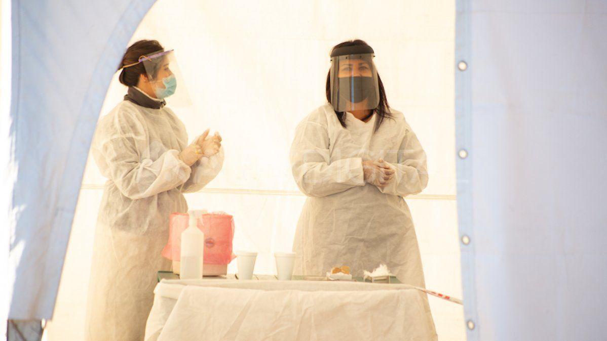 Médicos dispuestos para realizar hisopados de diagnóstico de coronavirus.