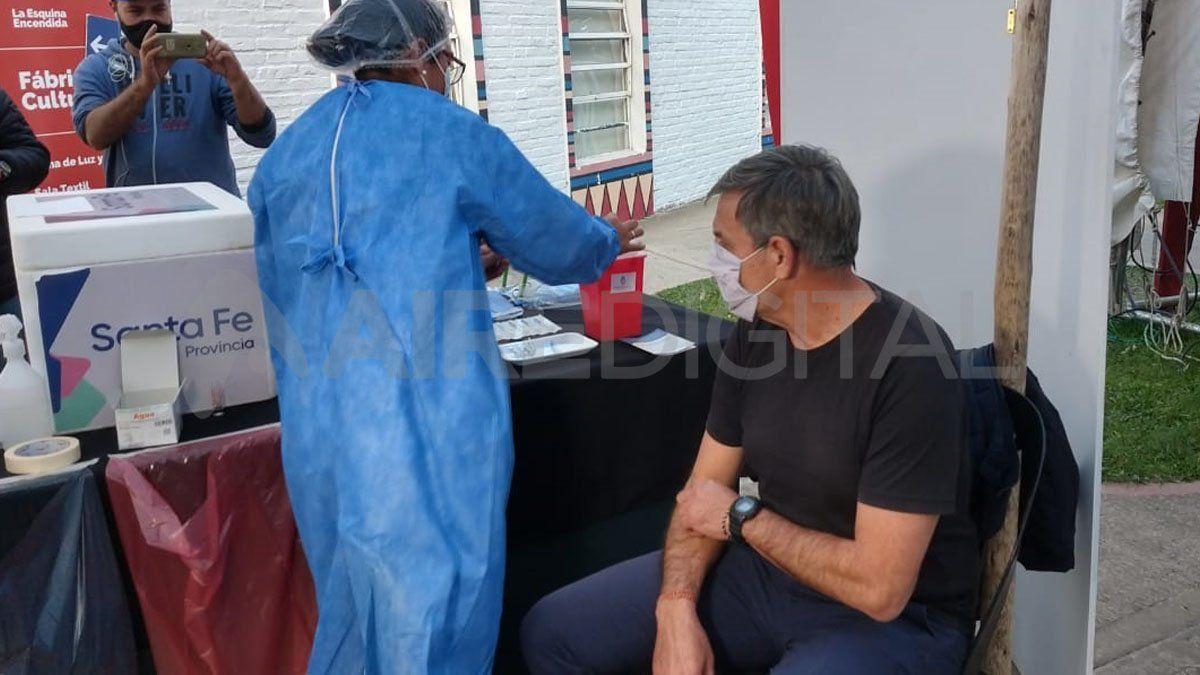 Emilio Jatón fue vacunado este lunes con la primera dosis de Sputnik V en la Esquina Encendida