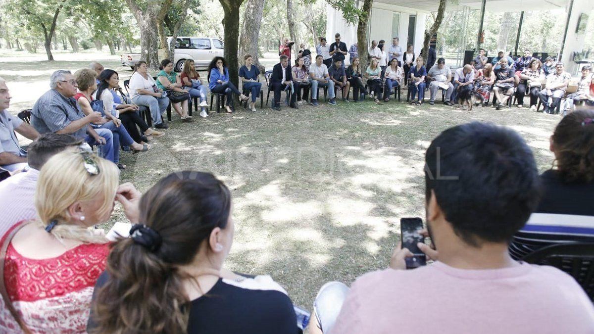 El nuevo intendente Emilio Jatón reunido con los vecinos de la zona norte de la ciudad.