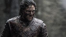 """Basada en el libro """"Fuego y Sangre""""de George R.R. Martin, y ambientada 300 años antes de la historia de GAME OF THRONES, la nueva serie se enfocará en la Casa Targaryen."""