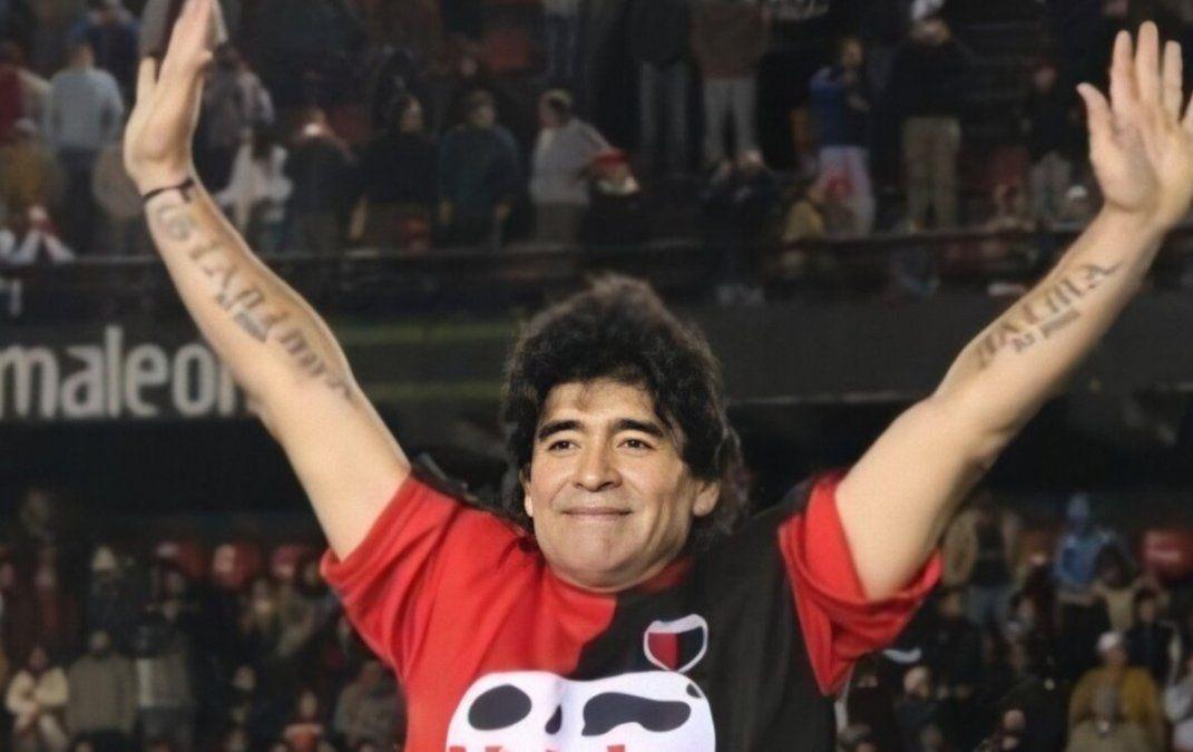 Diego saluda a los presentes en el encuentro a beneficio disputado en la cancha de Colón el día 2 de agosto de 2008.