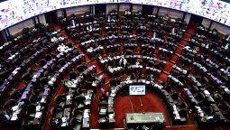 Diputados nacionales de diferentes bloques se manifiestan en el recinto a favor y en contra del proyecto de interrupción voluntaria del embarazo que se debate en la cámara baja y se estima que se votará en la madrugada.