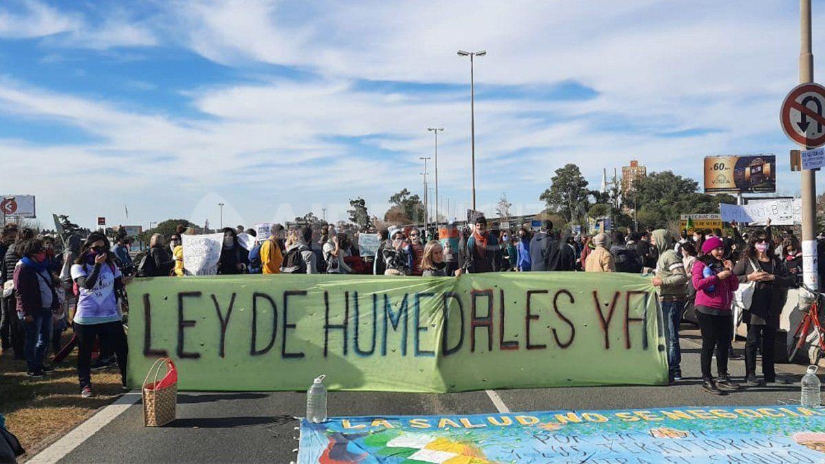 Manifestantes pidieron por la ley de humedales sobre el puente Rosario-Victoria este sábado.