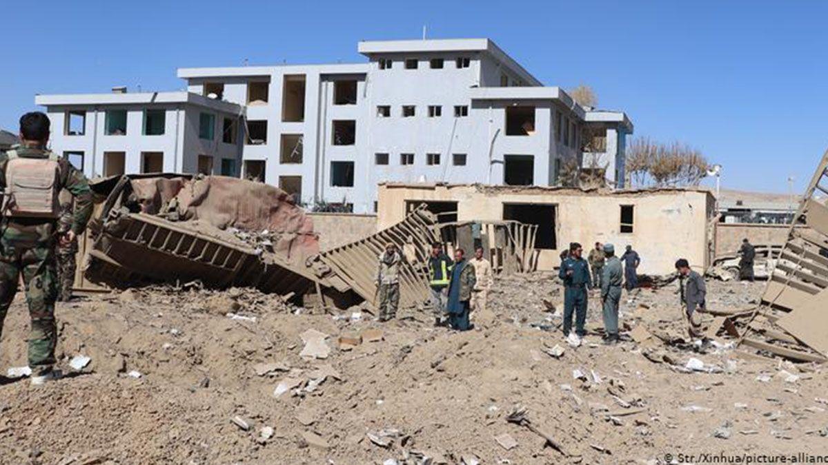 Al menos a 12 civiles murieron y más de 100 resultaron heridos este domingo en un atentado con coche bomba contra un cuartel de la policía afgana en la provincia occidental de Ghor