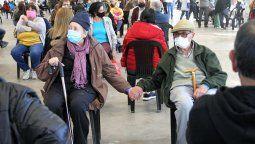 La imagen de los abuelos sentados y tomados amorosamente de la mano y arropados por causa del frío, recorrió las redes sociales de usuarios de Rosario y rápidamente se multiplicó en otras partes del país.