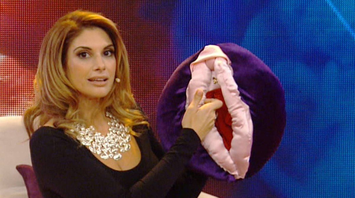 Alessandra Rampolla con su vulva didáctica de peluche.