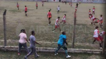 Según un video al que tuvo acceso AIRE, los jugadores adolescentes protagonizaron una gresca descomunal, en el que hubo golpes de puños y patadas.