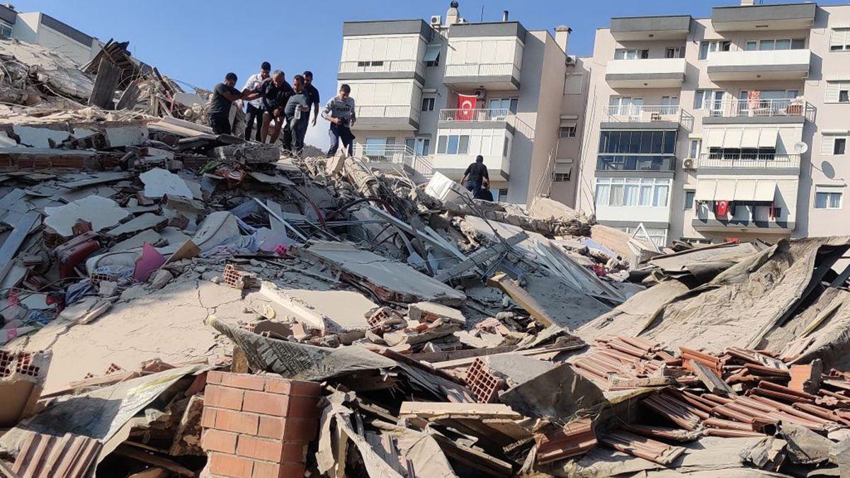 Hay edificios derrumbados y casas agrietadas por el sismo en Turquía.