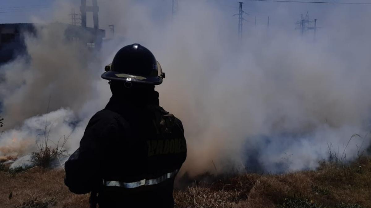 Los bomberos controlaban una de las quemas de pastizales que se desataron este domingo en Santa Fe