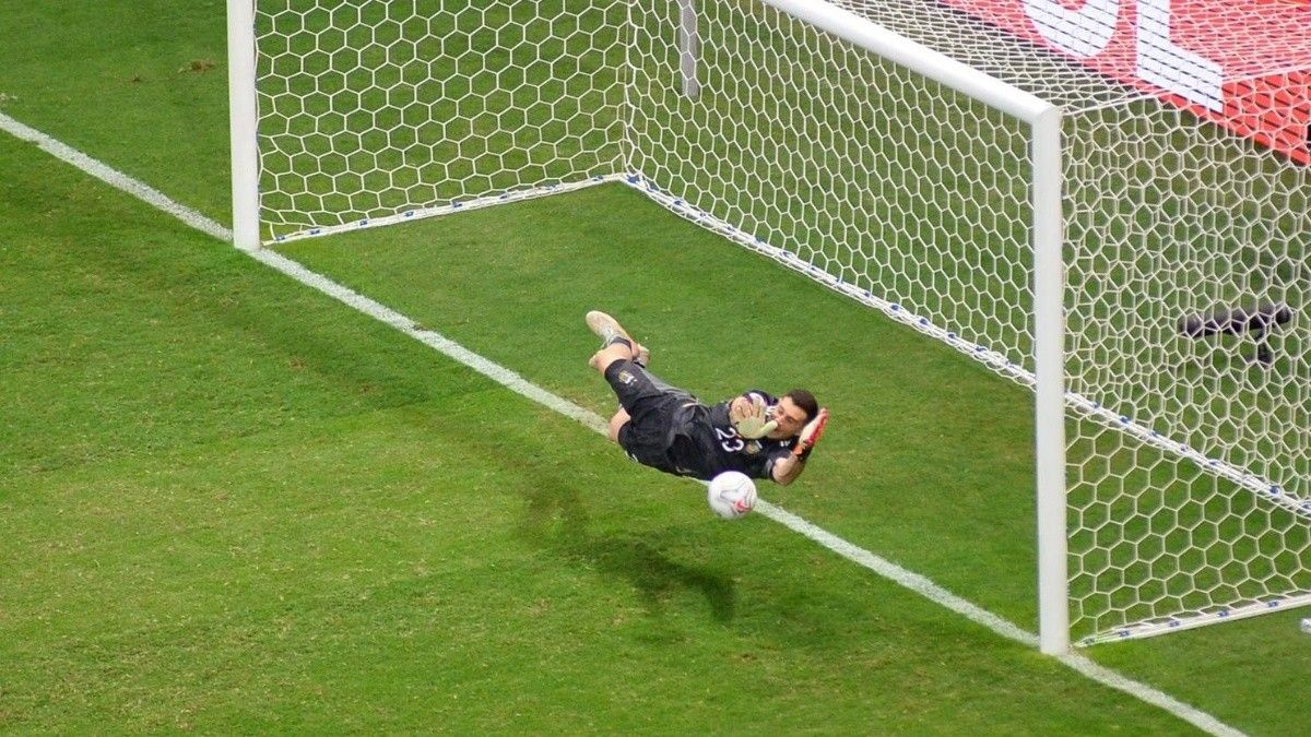 Emiliano Martínez le dio la clasificación a la final de la Copa América a la Selección Argentina y la prensa de Colombia se rindió ante el arquero.