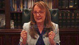 De cara a revertir la compleja situación, los medios locales aseguran que la gobernadora de Santa Cruz, Alicia Kirchner pidió la renuncia de su gabinete completo.