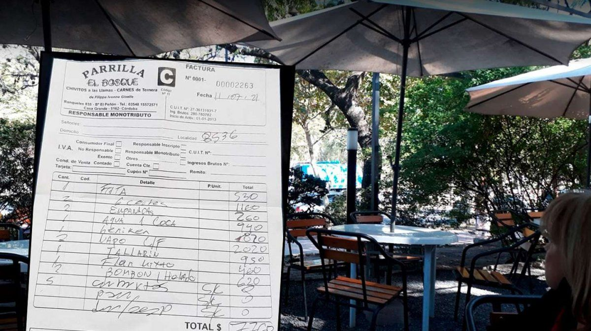 Una familia fue a comer a una parrilla en Córdoba y se negó a pagar el ticket: $420 por ponerle crema a los fideos