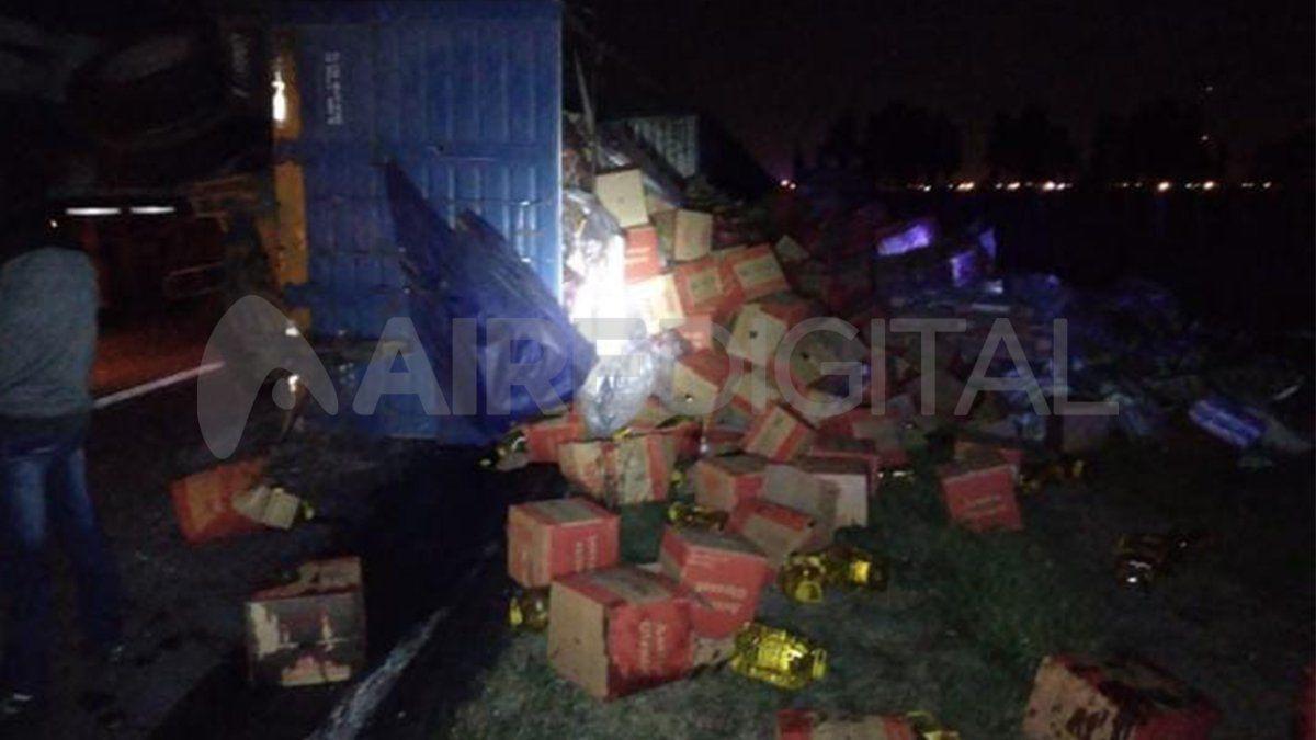 Esta madrugada volcó el acoplado de un camión sobre la Ruta Nacional N° 11 en Nelson.