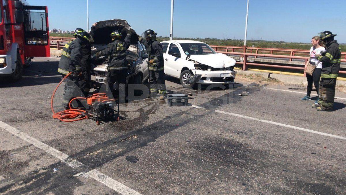 Autopista Santa Fe - Rosario: dos autos chocaron sobre el puente del Salado