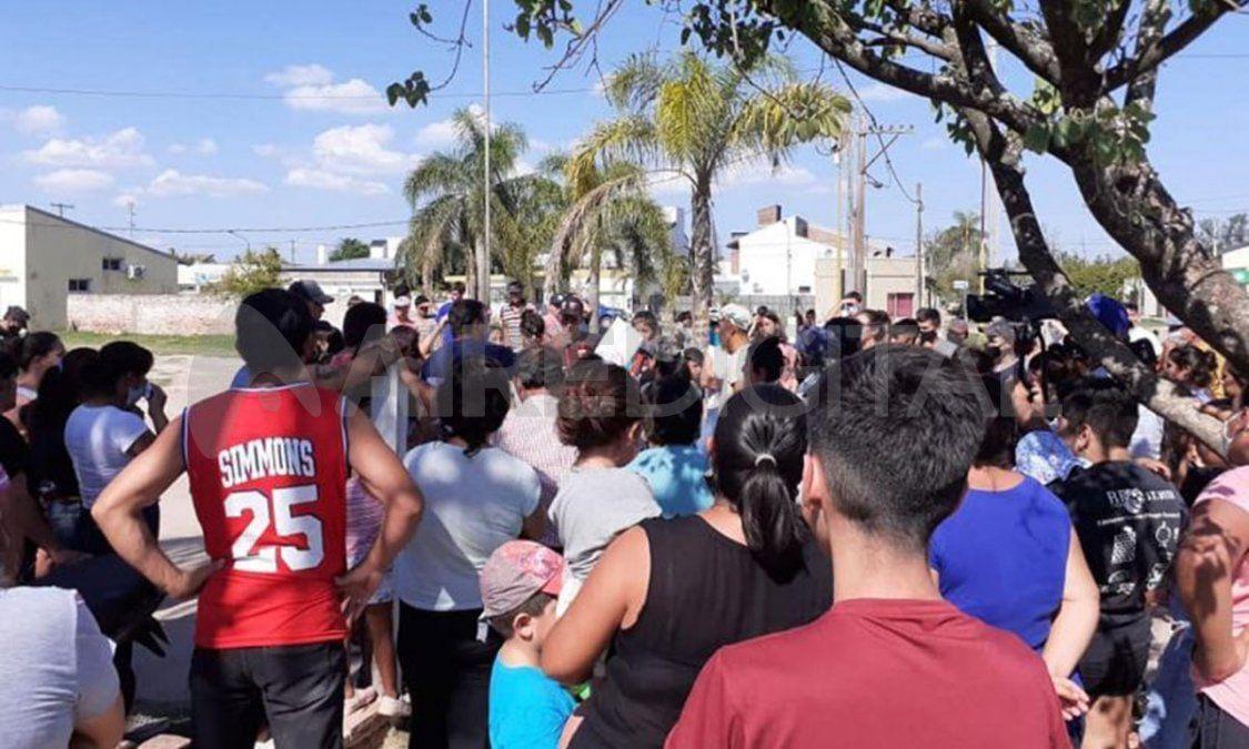 Unas 70 personas del pueblo se manifestaron frente a las puertas del hospital de Villa Minetti.