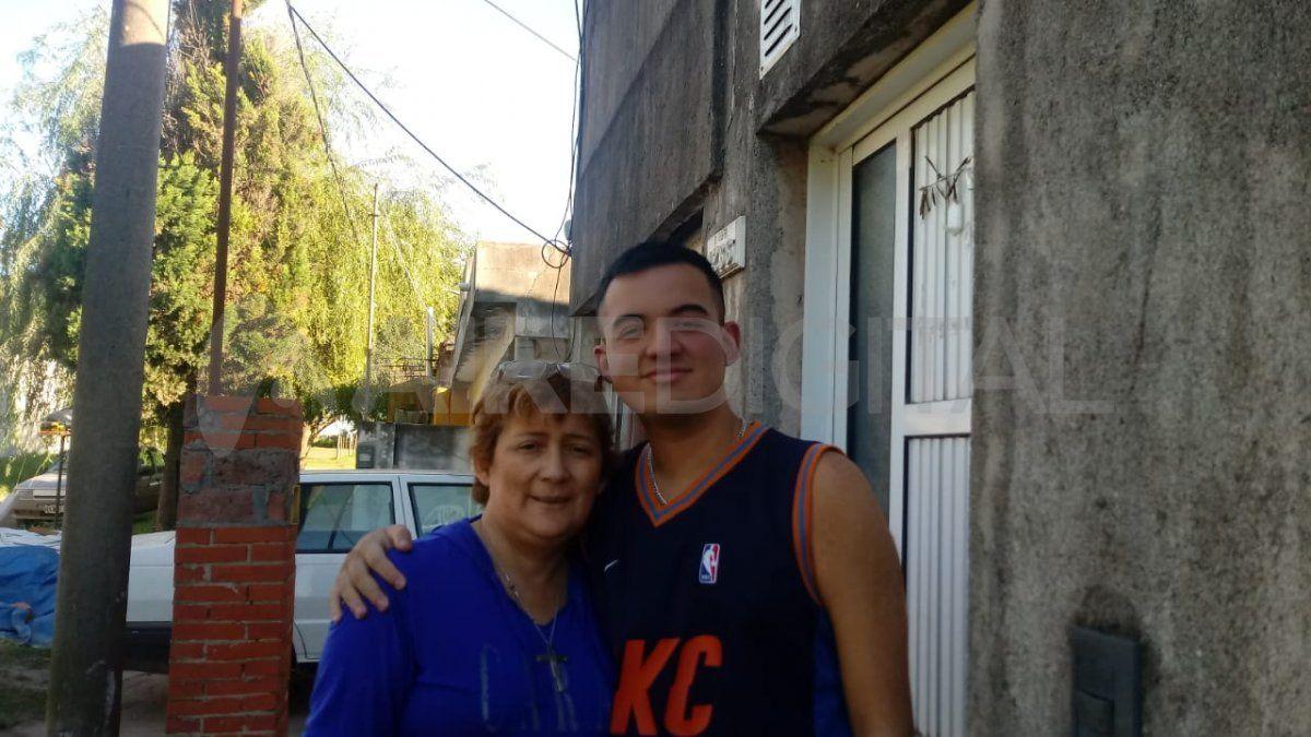 Mónica Alvarez y su hijo Gonzalo viven en Carcarañá, a 60 kilómetros de Rosario.