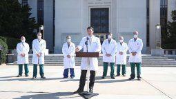 El médico presidencial de Trump, Sean Conley, durante el parte médico que dio el domingo en los escalones del Centro Médico Militar Nacional Walter Reed.